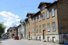 Alte Holzarchitektur in Tallinn - Wohnhäuser mit Holzfassade, teilw. farbig dekoriert; Straße Heina.
