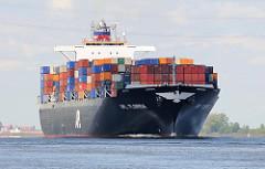 Das Frachtschiff APL FLORIDA wurde 2008 gebaut und kann 6350 TEU Container an Bord nehmen. Der Containerfrachter fährt vor Stade elbabwärts.