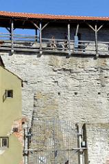 Wehrgang an der historischen Stadtmauer, Befestigungsanlage von Tallinn.