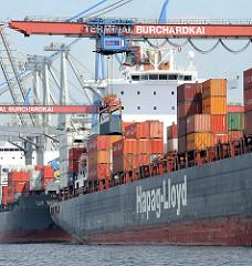 Die Ladung von Containerschiffen wird mit den Containerbrücken am Athabaskakai des HHLA Container Terminals Burchardkai gelöscht.