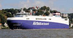 RoRo Cargo Schiff City of Hamburg auf der Elbe vor Hamburg Blankenese; 127 Meter lang, 21 Meter breite Frachtschiff transportiert Bauteile  des Riesenjets A320. Im Hintergrund der Süllberg und die Spitze vom Blankeneser Leuchtfeuer.
