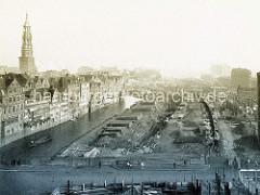 Abgerissene Häuser, Baustelle am Kehrwieder; die Hamburger Speicherstadt ist im Entstehen. Lks. Gebäude am Dovenfleet / Zollkanal - Kirchturm der St. Katharinenkirche; re. im Hintergrund der Kaispeicher B.