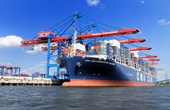 Der Containerriese CMA CGM CHRISTOPHE COLOMBE liegt unter den Verladebrücken des HHLA Terminals Burchardkai. Das 2010 fertig gestellte Frachtschiff hat eine Länge von 365 m und eie Breite von 51m - der Frachter kann 13.344 Standardcontainer TEU an Bo