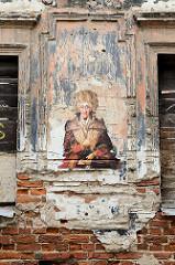 Alte Hausfassade, Hausruine mit Graffiti / Stencil - Kaunas, Litauen.