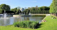 Grünanlage, Teich mit Springbrunnen - Pavillion; Park beim Schloss Marienthal in Tallinn.