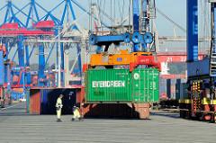 Verladung eines Containers im Hamburger Container Terminal Burchardkai, Containerbahnhof.