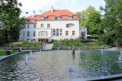 Restaurant im Schlosspark von Olsztyn - ehem. Offizierskasino, im Vordergrund der Fischbrunnen.
