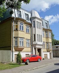 Restauriertes Wohnhaus - teilweise Holzfassade und Erker, metallverkleideter Dachausbau; Architektur in Tallin.