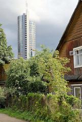 Alt + Neu - ursprüngliches Wohnhaus / traditionelle Holzbauweise / Holzhaus, Baustelle eines modernes Hochhauses - Stadtteil Šnipiškės in Vilnius.