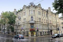 Gründerzeitarchitektur in Vilnius, Eckbebauung mit Erkerturm und Treppengiebel - gelbe Klinkerfassade.