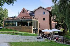 Gebäude der Browar Warmia / Ermland Brauerei in Olsztyn am Ufer der Łyna.