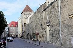 Historische Stadtmauer und Assauwe Turm in der Tallinner Unterstadt / Altstadt.