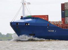 Bug mit Gischt des Cargo Vessel HERM J auf der Elbe; das Feederschiff hat eine Ladekapazität von 8500 TDW und kann 707 Container transportieren.