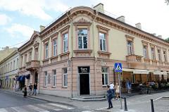 Baustil Gründerzeit, einstöckiges Eckgebäude - Café mit Aussengastronomie, Straße Palagos in Vilnius.