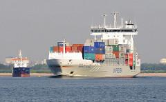 Container Feeder Vessel HENNEKE RAMBOW auf der Unterelbe bei Stade - Das 2007 auf der Hamburger J. J. Sietas Werft gebaute Frachtschiff hat eine Tragfähigkeit von 11360 t und kann bei einer Geschwindigkeit von 18,5 kn 868 TEU Container transportieren
