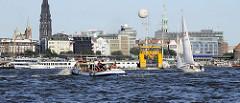 Schiffsverkehr auf der Elbe vor den Hamburger Landungsbrücken - Hamburg Panorama.