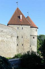 Stadtmauer und Wehrtürme in Tallinn - historische mittelalterliche Befestigungsanlage. Im 16. Jahrhundert war die Mauer 2,4 km lang, 14-16 m hoch, bis zu 3 m dick und hatte 46 Türme.