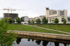 Abriss eines Gebäudes - Baustelle / Neubau mit Baukränen; Blick von der  Nemunas-Insel über die Memel zur Straße Karaliaus Mindaugo
