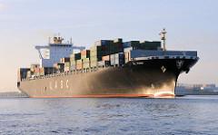 Der Frachter AL KHOR verlässt den Hamburger Hafen und fährt Höhe Finkenwerder auf der Elbe.Das 2009 gebaute Schiff hat eine Länge von 304m und eine Breite von 40 m - es kann als Ladung 6969 Container an Bord nehemen.