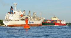 Frachtschiffe auf der Elbe - das Kühlschiff ATLANTIC MERMAID fährt Richtung Hamburger Hafen -  dahinter ein Containerfrachter und ein Tankschiff.