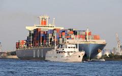 Die SEUTE DEERN in Fahrt im Hamburger Hafen; das Fahrgastschiff überholt ein Containerschiff auf der Elbe. Die SEUTE DEERN wurde 1961 als Seebäderschiff gebaut und kann 775 Passagiere befördern.