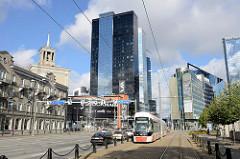 Hauptstraße / Tartu maantee in Tallinn; moderne Hochhäuser mit Glasfassade - Straßenbahn.