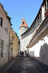 Alte Stadtbefestigung von Tallinn - Stadtmauer mit Wehrgang, Hellemann - Turm; Fertigstellung um 1410, jetzt Nutzung als Kunstgalerie.