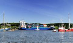 Das Motorschiff ANNA SIRKKA wurde 2006 auf Schiffswerft J.J. Sietas KG gebaut. Der 125m lange und 22m breite Container Feeder fährt 18,5 kn und transportiert 868 Container. Finkenwerder Fischkutter haben ihre Netze auf der Elbe vor Blankenese.