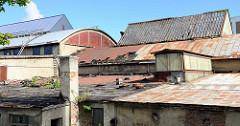 Alte Dächer  - unterschiedliche Dachformen im Hafen von Tallin; stillgelegte Lagerhallen.
