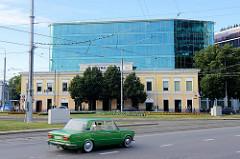 Historische und moderne Architektur an der Viru väljak in der Tallinner Innenstadt.