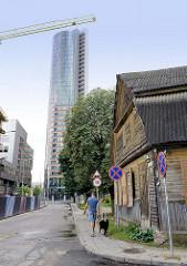 Neu + Alt - ursprüngliches Wohnhaus, traditionelle Holzbauweise - moderner Hochhausturm / Europa Tower - Stadtteil Šnipiškės in Vilnius.