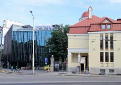 Historische Gründerzeitvilla - moderne Glasfassade einer Einkaufspassage, Bürogebäude mit Glasfassade / Alt + Neu; Architekturbilder aus Tallinn.