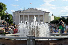 Springbrunnen auf dem Rathausplatz von Vilnius - im Hintergrund das Rathausgebäude.
