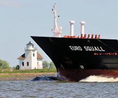 Bug des Containerschiffs EURO SQUALL in Fahrt auf der Unterelbe - die EURO SQUALL hat eine Länge von 132m und eine Breite von 19 m. Im Hintergrund das historische Gebäude des Leuchtfeuers Julesand.