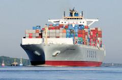 Der Frachter COSCO PHILIPPINES  fährt mit Containern hoch beladen auf der Elbe Richtung Nordsee. Das Containerschiff hat eine Länge von 334m und kann 8500 TEU / Standartcontainer transportieren.