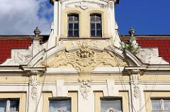 Hausgiebel - Jugendstilfassade mit Stuckdekor, Jahreszahl 1902 - Architektur in Olszty.