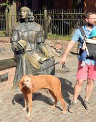 Bronzeplastik für den Astronomen Nicolaus Copernicus am Eingang zum Schloß von Olsztyn.Bronzeplastik für den Astronomen Nicolaus Copernicus am Eingang zum Schloss von Olsztyn.