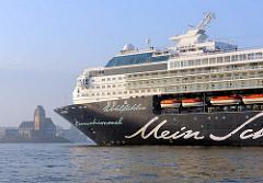 Das Kreuzfahrtschiff MEIN SCHIFF vor dem Lotsenhaus Waltershof / Seemannshöft. Das 2009 umgebaute Luxusschiff hat eine Länge von 262m und eine Breite von 32 m; mit einer Besatzung von 780 Mann/Frau können 1924 Passagiere an Bord betreut werden.