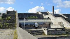 Treppenaufgang mit Wildkraut - Tallinna Linnahall / Tallinner Stadthalle (vormals nach Wladimir Iljitsch Lenin benannt) - ehem. Multifunktionshalle, erbaut 1980 zu den Olympischen Sommerspielen. Entwurf die estnischen Architekten Raine Karp und
