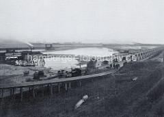Baustelle des Hamburger Segelschiffhafens am Kleinen Grasbrook; das Becken ist noch geschlossen - im Hintergrund / Richtung Elbbrücken wird später die Einfahrt zur Elbe sein. (ca. 1886)