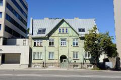 Wohnhaus in Holzbauweise / Holzfassade - Steinfundament in der Straße Liivalaia in Tallinn.