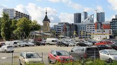 Parkplatz und Neubauten - Estnisch-Orthodoxe Simeon-und-Hanna-Kirche in Tallinn, erbaut 1755. Holzkirche, Nutzung als Sporthalle bis 2001.