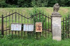 Briefkästen - Eisenzaun mit Steinpfeiler; Eule aus Stein - Straße  A. Mackevičiaus in Kaunas.