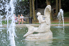 Fischbrunnen mit Kind - Schlosspark von Olsztyn; Bildhauer  Balbina Świtycz-Widacka.