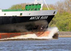 Containerfachter Antje Russ in Fahrt Richtung Hamburger Hafen - Gischt spritz über den Wulstbug des Feederschiffs.