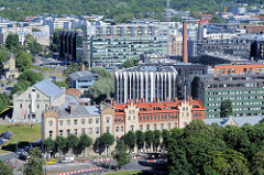 Blick auf die Dächer von Tallinn - historische und moderne Architektur der Stadt.