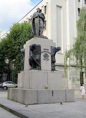 Bronzestatue von Großfürst Vytautas in Kaunas - zu seinen Füßen besiegte Soldaten. Aufgestellt 1932, Bildhauer Vincas Grybas; 1952  von den Sowjets zerstört - 1990 rekonstruiert.