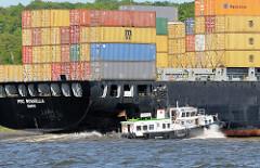 Das Schiff des Hafenlotsen nähert sich dem Containerfrachter MSC ROSELLA. Die Elbe ist eine der wichtigsten Bundeswasserstraßen Deutschlands.