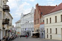Altstadt von Vilnius - Straße Aušros Vartų g - Gebäude unterschiedlicher Baustile - in der Bildmitte ein gotisches Gebäude.