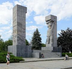 Ehem. Denkmal der Dankbarkeit der Roten Armee / Szubienice; Entwurf  Xawery Dunikowski - aufgestellt 1954. Das Denkmal wurde nach 1989 in das  Denkmal für die Befreiung der Ermland- und Masuren-Länder umbenannt.